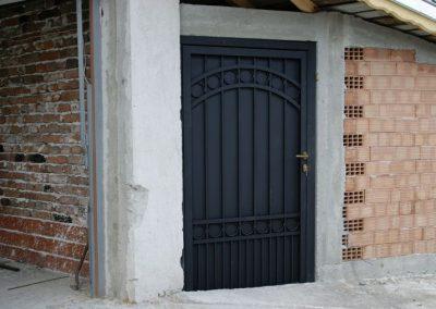 Дворни врати (105)